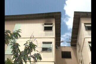 Apartamento pega fogo no bairro Dinamérica, em Campina Grande - Suspeita é que possa ter havido curto-circuito numa ligação de fios de energia e internet.