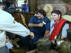 Fabiano é Repórter por 1 Dia no centro de tradições gaúchas - César Menotti e Fabiano são bastante ligados à cultura do Rio Grande do Sul. No centro de Porto Alegre, eles visitam um acampamento com churrasco, chimarrão e muita música.