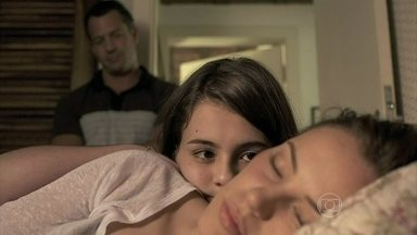 Paulinha se preocupa com Paloma - Ela não gosta de ver a pediatra dormindo demais