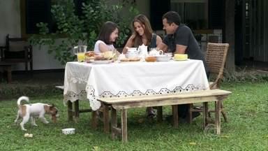 Paloma e Bruno contam para Paulinha a verdade sobre seu nascimento - Menina comemora a união do casal e fica feliz em descobrir que é filha biológica da pediatra