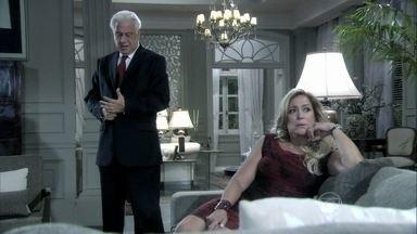 César se encontra com Aline e mente para Pilar - Ela não acredita nas explicações para o atraso do marido