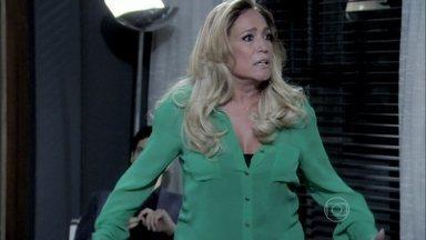 Pilar bate em Aline após flagrá-la com César - Ela avisa a César que o casamento acabou. Félix comemora