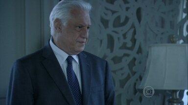 César pede para falar com Pilar em particular - Médico diz para a esposa que eles precisam conversar sobre a relação