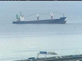 Empresa responsável pelo navio encalhado na Baía de Guanabara vai ser multada - Começou na última quarta-feira (18), uma operação para retirada do óleo no navio encalhado. A empresa responsável pelo navio vai ser multada.