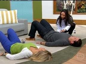 Aprenda exercícios simples para fortalecer e soltar o quadril - O objetivo é trabalhar a mobilidade do quadril. Deite em uma superfície macia, porém firme. Eleve o quadril e sinta o apoio de vértebra por vértebra ao baixá-lo no chão.