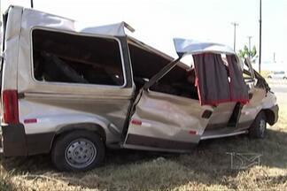 Duas pessoas morreram e dez ficaram feridas num acidente hoje, em Santa Inês - Van que fazia o transporte de passageiros de Santa Inês para São Luís capotou na BR-222.