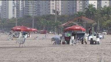 Secretaria de Patrimônio da União quer evitar uso abusivo dos guarda-sóis nas praias - SPU diz que pedaço da praia fica restrito apenas aos clientes dos ambulantes que montam os objetos nas areias de Santos.