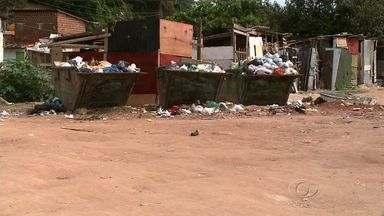 Moradores do Reginaldo reclamam da falta de coleta de lixo no local - Eles denunciam ainda que os entulhos retirados do canal que passa pela comunidade não estão sendo recolhidos pela Slum.