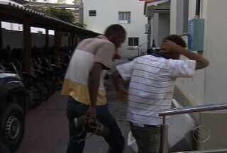 Denúncia anônima levou a polícia a uma dupla de assaltantes - Segundo os policiais a dupla realizavam assalto na Grande Aracaju, com eles foi encontrada uma arma que pode ter sido roubada de um vigilante durante um assalto.