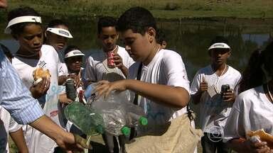 Voluntários de escolas públicas fazem limpeza simbólica na orla da Pampulha - Neste sábado, é celebrado o Dia Mundial de Limpeza de Rios e Praias.