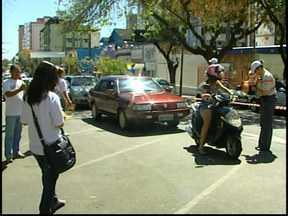 Blitz educativa é realizada nesse sábado em Divinópolis - Objetivo é conscientizar motoristas sobre segurança no trânsito. Brindes e panfletos foram entregues aos motoristas.
