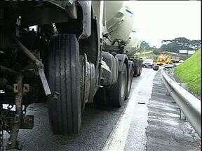 Acidente deixa o trânsito complicado na BR-277 - Caminhão bateu na mureta de proteção e trânsito ficou em meia pista.