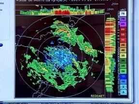 Meteorologistas da Epagri/Ciram monitoram constantemente as chuvas em SC - Meteorologistas da Epagri/Ciram monitoram constantemente as chuvas em SC ; chuva prejudicou áreas e rodovias da capital catarinense