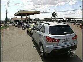 Protesto contra a alta carga tributária - Posto de combustíveis de Cambé vendeu hoje gasolina sem impostos. Preço do litro baixou mais de um real