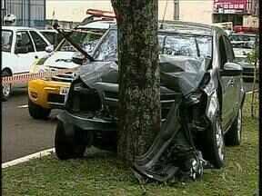 Pai e filho ficam feridos em um acidente no Conjunto Ney Braga em Maringá - O carro em que eles estavam bateu em uma árvore