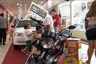 """Consumidores concorreram a produtos com descontos no """"Feirão do Imposto"""", em Goiânia - O evento teve como objetivo conscientizar a população sobre a alta carga tributária que os consumidores pagam no Brasil."""