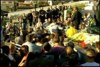 Corpo do policial, morto durante operação, é enterrado em Friburgo, RJ - O friburguense Marco Antônio Gripp, de 47 anos servia no BOPE.Gripp foi baleado na sexta-feira (20) na comunidade Covanca, no Rio.