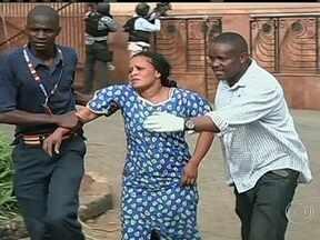 Homens armados invadem shopping de luxo e deixam mortos no Quênia - Foram duas horas de tiroteio até a polícia invadir o centro comercial e encurralar os invasores. Um grupo radical islâmico assumiu a autoria do atentado.