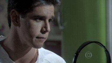 Guto é carinhoso com Patrícia - Ele pede uma chance e promete ser fiel à esposa