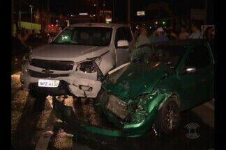 Acidente deixa três pessoas feridas na avenida Brasília, em Campina Grande - Um descuido pode ter provocado a batida que envolveu três carros e uma motocicleta.