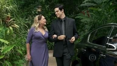 Félix planeja convencer Pérsio e Priscila a ficarem contra César - Pilar aconselha o filho a ter cautela. Pérsio comenta com Lutero que Félix e a mãe procuraram Priscila