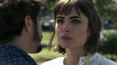 Patrícia termina o relacionamento com Michel - O médico conta que decidiu abandonar Silvia e fica indignado com a reação de Patrícia