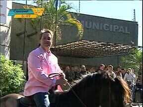 Vereador de Foz chama atenção por comparecer à câmara à cavalo - O vereador que vestia um paletó rosa, já criou polêmica na cidade por usar ternos coloridos nas sessões da câmara.