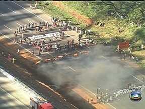 Índios bloqueiam Rodovia dos Bandeirantes em São Paulo - Os indígenas atearam fogo numa barreira para fechar a estrada no sentido São Paulo, na altura do Km 21. Entre as reivindicações, está a demarcação de terras. O congestionamento já chega a nove quilômetros.