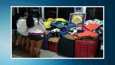 PRF-CE apreende em Sobral grande quantidade de roupas que teriam sido roubadas - Duas mulheres foram presas e uma adolescente foi apreendida.