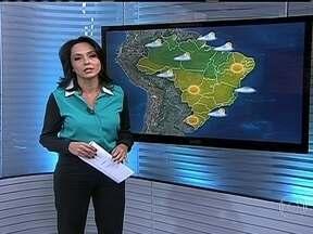 Tempo alterna entre sol e nuvens do litoral do Rio Grande do Sul até o Espírito Santo - O dia fica mais fechado entre o Espírito Santo e a Bahia. Fumaça tóxica pode chegar até São Paulo. Há previsão de ressaca nas praias do Rio Grande do Sul até o Espírito Santo