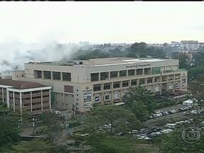 Equipe de especialistas trabalha em shopping tomado por terroristas no Quênia - Oficialmente, a operação terminou com 72 mortos. Mas o número pode chegar a 130. Ainda há dezenas de reféns nos escombros. O governo acusa os terroristas de terem provocado o desabamento de parte do shopping.