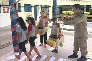 PRF ensina crianças de escolas municipais as regras do trânsito - Brincando, as crianças conhecem as leis e até ensinam os adultos como se comportar no volante.