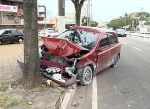 Motorista fica ferida após bater em árvore em avenida de Vitória - Na Avenida Leitão da Silva, mulher ainda colidiu com carro e mureta.Jovem de 23 anos foi socorrida pelo Samu e levada para hospital particular.