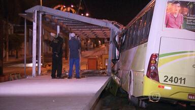 Motorista perde controle e bate ônibus em estação do Move, na Pampulha - O condutor ficou ferido.