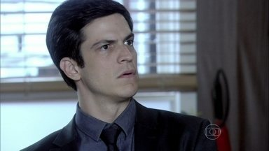 Félix reclama da presença de Paloma ao lado de seu pai - César se desentende com o filho durante a audiência