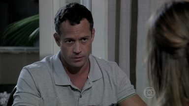 Bruno e Paloma estranham o comportamento de Paulinha - A menina se irrita com a pediatra