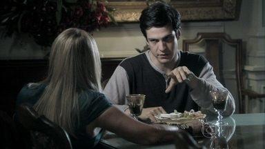 Félix insinua que César está desviando dinheiro do hospital - O vilão conta para Pilar que mandou Maciel investigar Aline e afirma que o pai está desfalcando o patrimônio da família