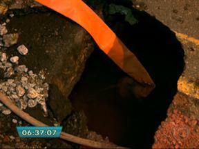 Adutora se rompe na Zona Norte e cerca de 20 mil pessoas ficam sem água - O problema foi na Avenida Deputado Cantídio Sampaio, no Jaraguá, na noite desta terça (1º). Técnicos da Sabesp terminaram os reparos durante a madrugada e o fornecimento de água já foi normalizado.