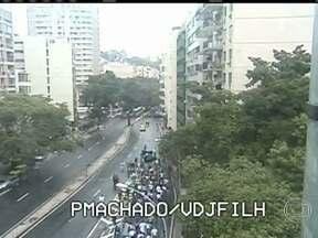 Passeata de servidores da saúde interdita rua Pinheiro Machado, em Laranjeiras - Um grupo de servidores estaduais da saúde segue numa caminhada, em direção ao Palácio Guanabara. A saída do Túnel Santa Bárbara para a rua Pinheiro Machado está interditada.
