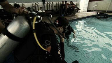 Grupo de cadeirantes aprende técnicas de mergulho em Belo Horizonte - Eles dão exemplos de superação e coragem.