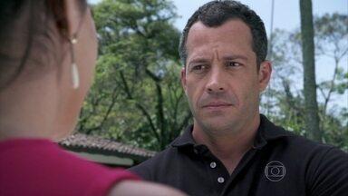 Bruno fica constrangido com elogio de Aline - Ela aprova a casa que o corretor encontra e comenta que a falta de ambição de Paloma pode prejudicar os planos do corretor. Bruno fica incomodado quando Aline enaltece sua beleza