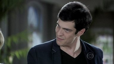 Félix acusa Paloma de ser aliada de César - O vilão mostra as fotos que Maciel tirou de Bruno e Aline