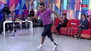 Edson teve a ajuda de amigos para comprar a primeira prótese - Com perna mecânica, ex-cobrador mostra habilidade com o samba ao lado de Fátima