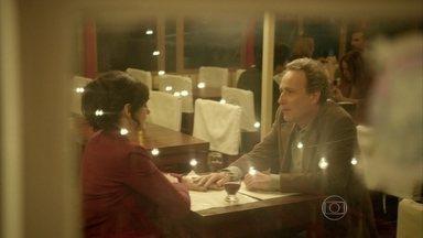 Já está em outra? Aurora sai para jantar com Anselmo - Seixas banca o espião e passa detalhes do encontro para Reinaldo