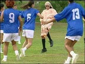 Reveja cena com partida de futebol feminino em O Clone - Cena de mulçumanas contra suburbanas foi ao ar em 2001