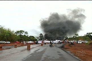 Camponeses fazem protesto e interditam rodovia no sudoeste de Goiás - A BR-364 ficou interditada por aproximadamente três horas na manhã desta quarta-feira (16). Os manifestantes atearam fogo a pneus e só deixavam passar as ambulâncias.
