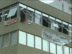Manifestantes ocupam a Câmara de Vereadores de Curitiba - Eles estão acampados desde o fim da tarde de ontem. Os manifestantes pedem redução da tarifa de ônibus e o rompimento dos contratos com as empresas que operam o sistema.