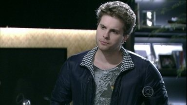 Niko confronta Amarilys - Ele reclama da contratação de Adriana e questiona o fato da médica ter se apresentado à funcionária como mãe de Fabrício