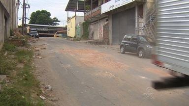 EM Manaus, moradores do Bairro Jorge Teixeira tapam buracos de ruas com barro - Uma das vias com problema é a Rua Crisântemos.