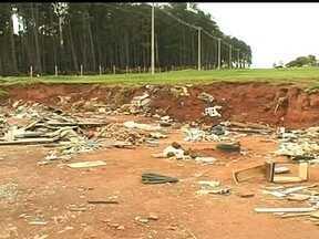 Parceiros do DF mostram lixo em pista de caminhada no Paranoá - No Paranoá, a pista de caminhada e corrida é também um corredor de lixo. Moradores dizem que o problema é antigo.